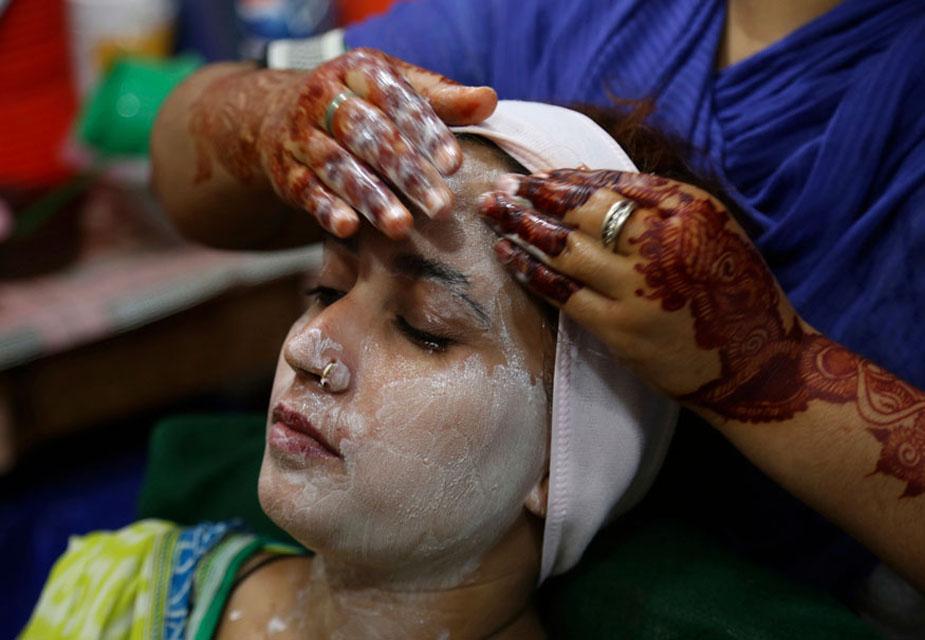 पाकिस्तान के कराची में एक महिला ईद से पहले फेशियल कराती देखी जा सकती हैं. पूरी दुनिया में ईद की तैयारियां ज़ोरों पर हैं.(image credit: AP)