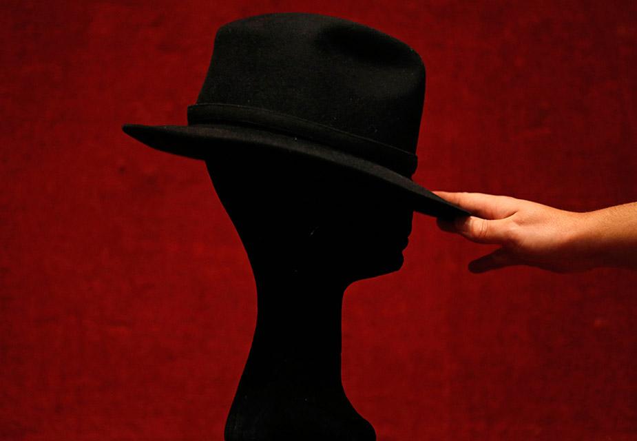 1984 में बने माइकल जैक्सन के इस काले फेडोरा टोपी की बिक्री से 3 लाख से करीब 4 लाख रुपए के मिलने की उम्मीद है. (All images credit: Reuters)