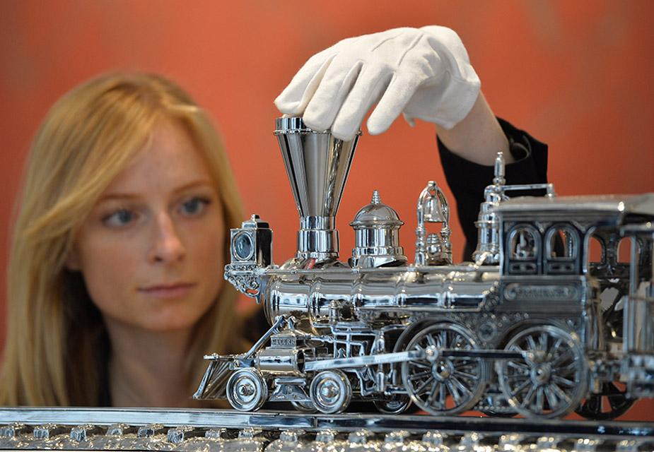 स्टील के बने इस जिम बीम जे बी टर्नर ट्रेन की आकृति की नीलामी 170 करोड़ से 239 करोड़ में होने की उम्मीद जताई जा रही है.