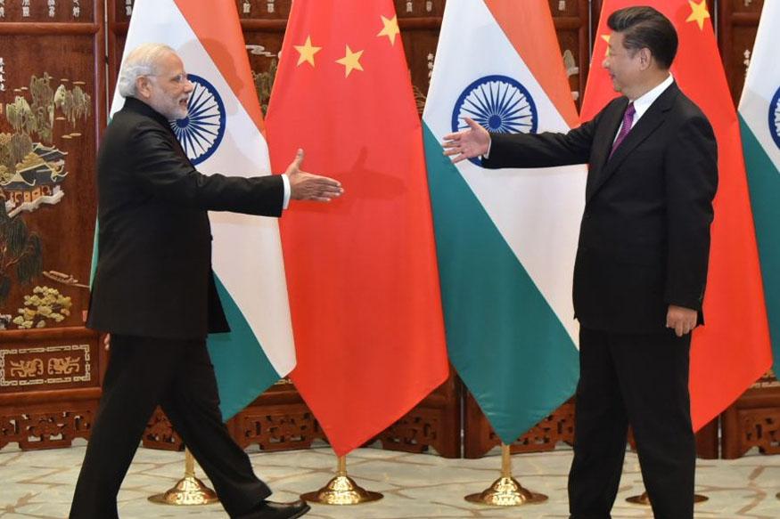 अमेरिका ने चीनी आयात पर दंडात्मक शुल्क लगाने की घोषणा को लागू करने के बाद चीन की मुसीबतें बढ़ गई हैं. चीन ने अमेरिका के इस कदम को दुनिया की दो शीर्ष अर्थव्यवस्थाओं के बीच आर्थिक इतिहास में सबसे बड़ा व्यापार युद्ध करार दिया है. बहरहाल, चीन इंपोर्ट ड्यूटी बढ़ाने के बाद से नये साझेदारी विकल्प तलाश रहा है. ऐसे में अमेरिका और चीन के बीच विवाद का सीधा फायदा भारत को हो सकता है. आइए जानते हैं कैसे?