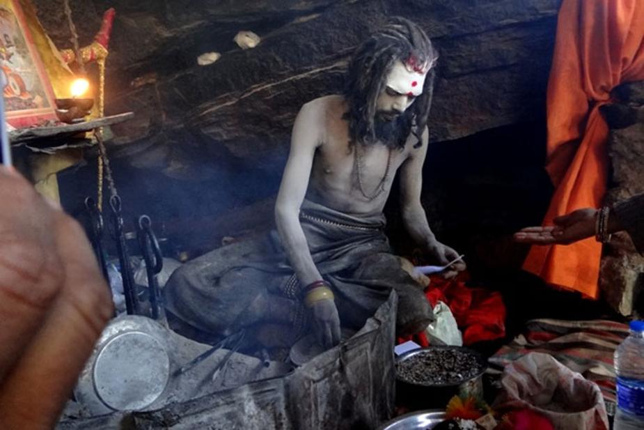 2. शिव और शव के उपासक: अघोरी खुद को पूरी तरह से शिव में लीन करना चाहते हैं. शिव के पांच रूपों में से एक रूप 'अघोर' है. शिव की उपासना करने के लिए ये अघोरी शव पर बैठकर साधना करते हैं. 'शव से शिव की प्राप्ति' का यह रास्ता अघोर पंथ की निशानी है. ये अघोरी 3 तरह की साधनाएं करते हैं, शव साधना, जिसमें शव को मांस और मदिरा का भोग लगाया जाता है. शिव साधना, जिसमें शव पर एक पैर पर खड़े होकर शिव की साधना की जाती है और श्मशान साधना, जहां हवन किया जाता है.