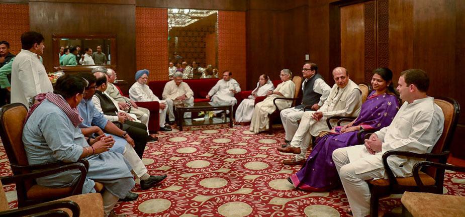 इफ्तार पार्टी में सीपीएम महासचिव सीताराम येचुरी, डीएमके की सांसद कनिमोझी, तृणमूल कांग्रेस के दिनेश त्रिवेदी, बीएसपी के सतीश चंद्र मिश्रा, एनसीपी के डीपी त्रिपाठी, जेडीयू के पूर्व नेता शरद यादव पहुंचे थे. (All images credit: PTI)