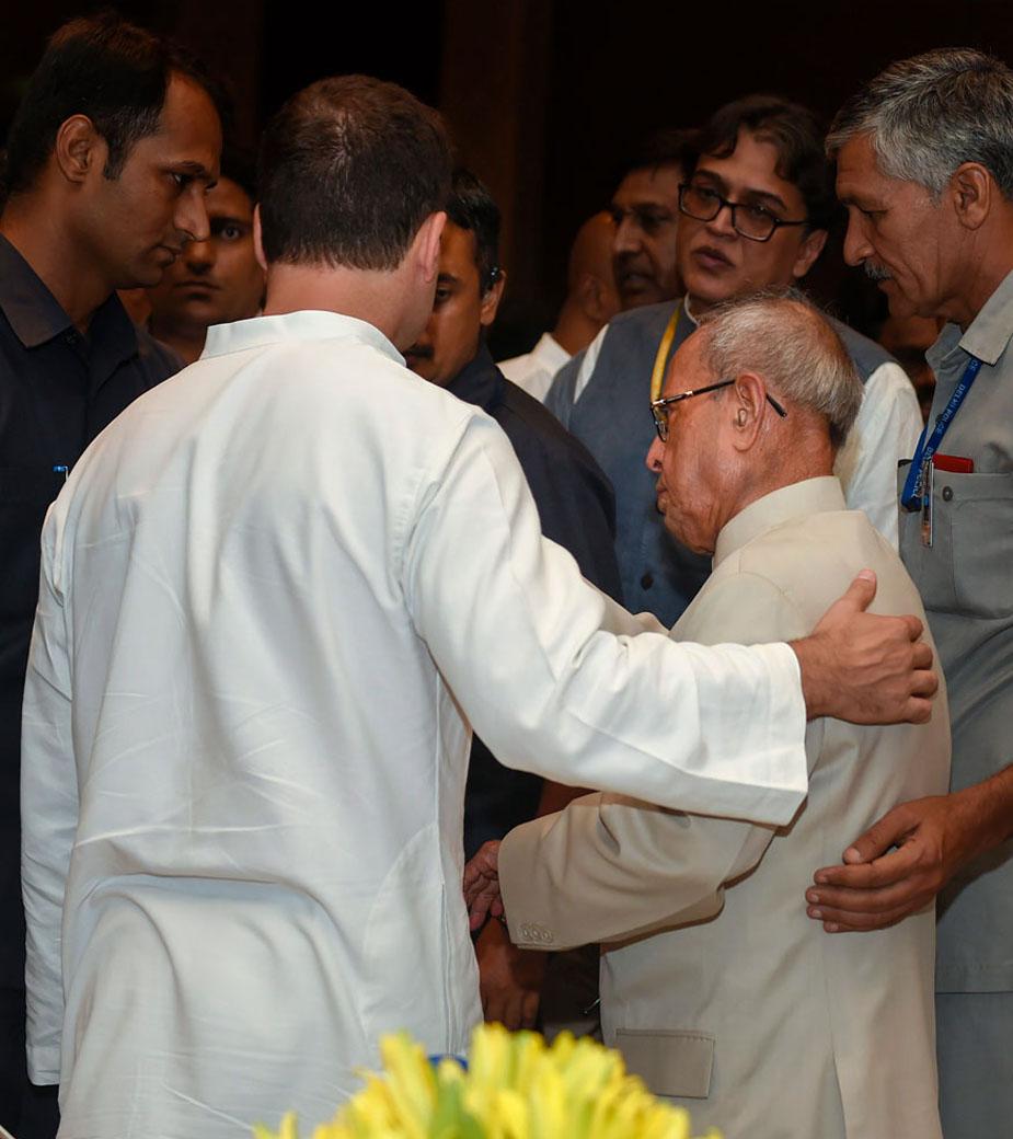 कांग्रेस के इस इफ्तार पार्टी में सभी विपक्षी दलों का प्रतिनिधित्व दिखाई दिया. पूर्व राष्ट्रपति प्रणब मुखर्जी भी यहां पहुंचे थे.