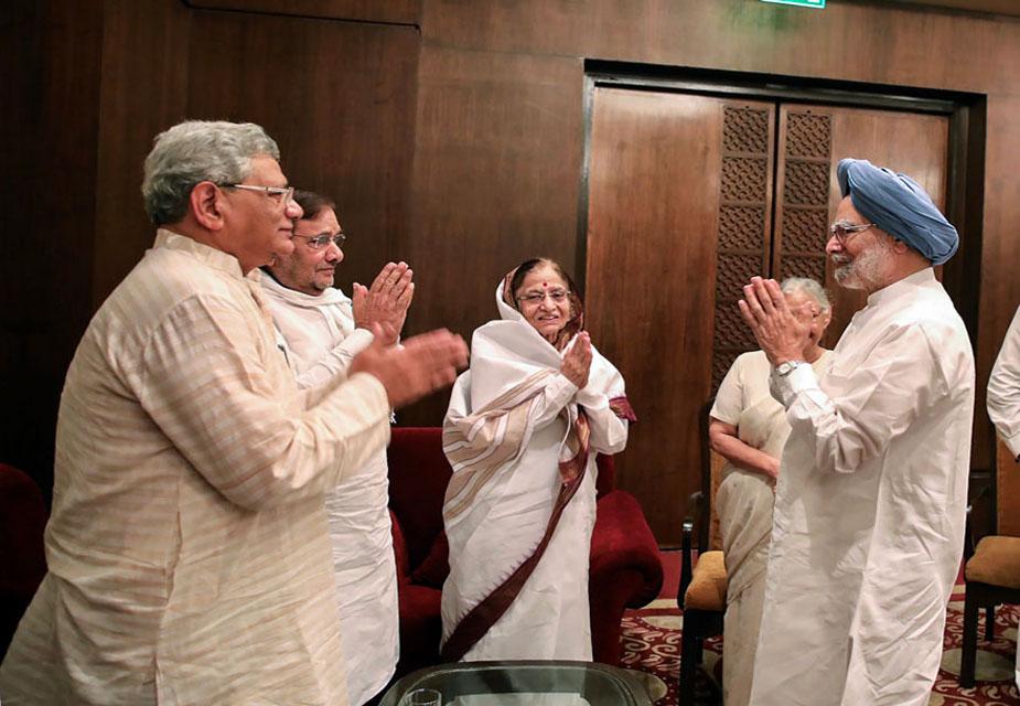 दिल्ली की पूर्व मुख्यमंत्री शीला दीक्षित भी इस इफ्तार पार्टी में मौजूद थीं. इस तस्वीर में पूर्व राष्ट्रपति प्रतिभा पाटिल और सीपीएम महासचिव सीताराम येचूरी पूर्व प्रधानमंत्री मनमोहन सिंह का स्वागात करते देखे जा सकते हैं.