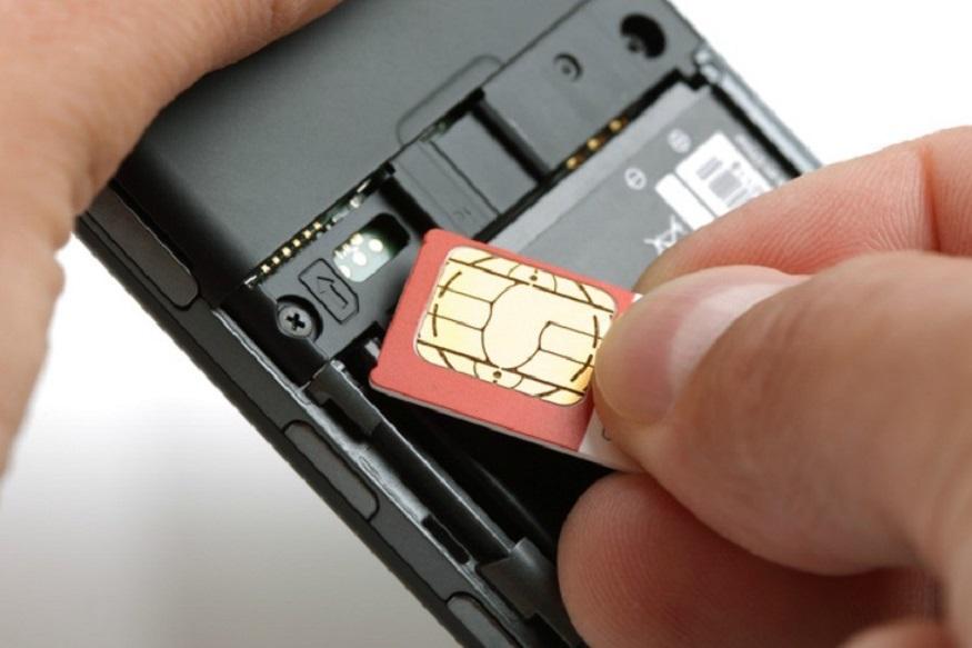 सुप्रीम कोर्ट के फैसले के बाद केंद्र सरकार ने स्पष्ट किया था कि नया SIM कार्ड या नया मोबाइल कनेक्शन लेने के लिए आधार नंबर या आधार कार्ड जरूरी नहीं है. अब डिपार्टमेंट ऑफ टेलीकम्युनिकेशंस (DoT) ने सभी टेलीकॉम ऑपरेटर्स को सूचित किया है कि वह नए सिम कार्ड रजिस्ट्रेशन के लिए वर्चुअल आईडी (आधार e-KYC) और लिमिटेड KYC प्रोसेस को करें. यह प्रक्रिया मौजूदा मोबाइल ग्राहकों के री-वैरिफिकेशन पर भी लागू होगी. यह नया नियम 1 जुलाई से लागू होगा.