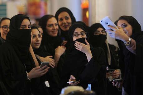 अभी भी सऊदी की महिलाओं को काफी लंबा रास्ता तय करना है. ऐसे बहुत सारे रोज़मर्रा के काम हैं, फैसले हैं जो अभी भी सऊदी महिलाएं, पुरुष की इजाज़त के बगैर नहीं ले सकती. दरअसल सऊदी में संरक्षण पद्धति के तहत महिलाओं को बांधकर रखा गया है
