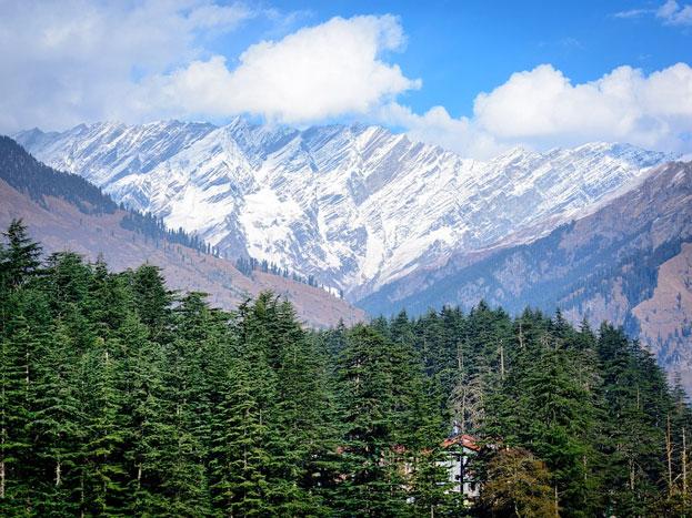 हिमाचल प्रदेश: यदि बारिश के कुछ महीनें छोड़ दिए जाएं तो हिमाचल प्रदेश में कई ऐसी जगहें हैं जहां अाप साल भर घूम सकते हैं. वैसे पहाड़ों पर आप कभी भी जा सकते हैं. विशेष रूप से गर्मियों में तो डलहौजी, शिमला जैसे हिल स्टेशन के आपके लिए जन्नत से कम नहीं.
