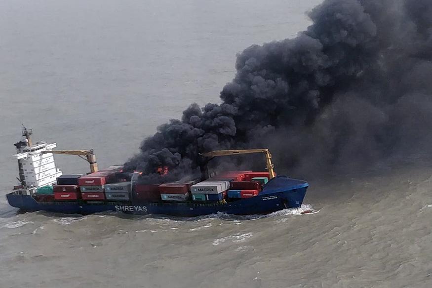 कृष्णपटनम से कोलकाता जा रहे एमवीएसएसएल जहाज के कंटेनर में विस्फोट के बाद आग लग गई है. यह घटना समंदर में हल्दिया के पास तकरीबन 60 नॉटिकल माइल दूर घटी.(image credit: Special Arrangement)
