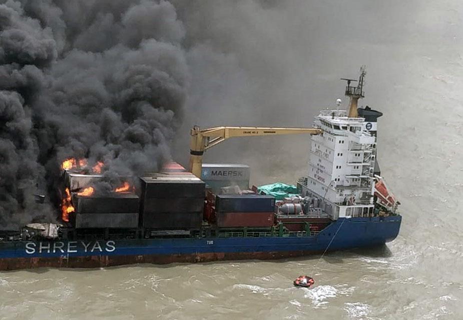 जहाज पर रखे कंटेनर में विस्फोट के बाद ये आग लगी. इस जहाज में कुल 464 कंटेनर में से 60 कंटेनर जल चुके हैं. सभी 22 क्रू मेंबर को बचा लिया गया है.(image credit: Special Arrangement)