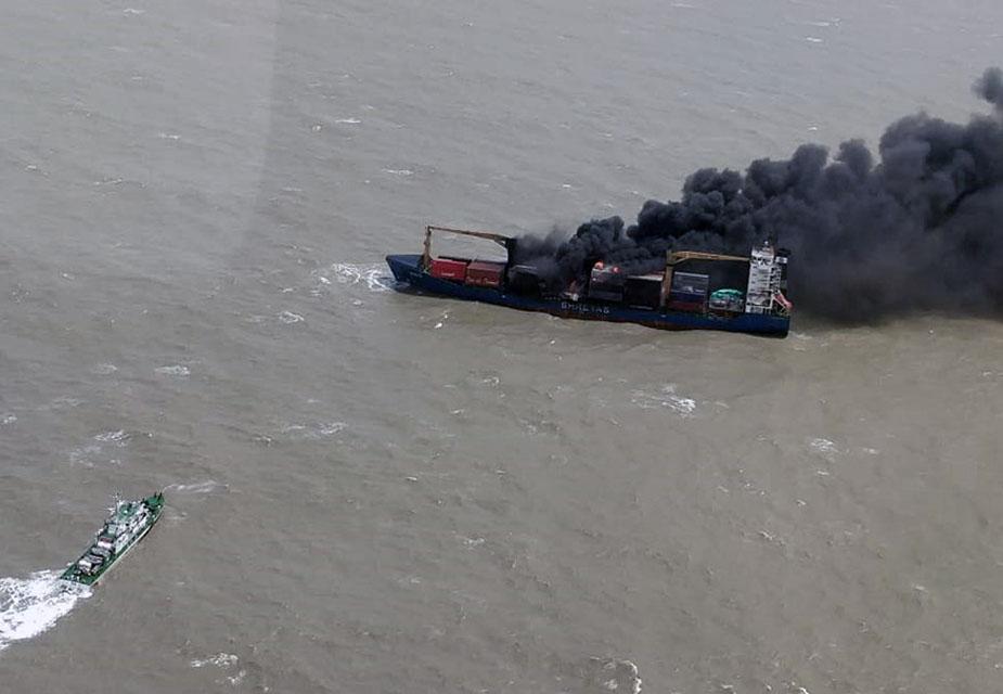 घटना की सूचना मिलते ही भारतीय कॉस्ट गॉर्ड ने डोर्नियर एयरक्राफ्ट और आईसीजीएस राजकिरण को रवाना कर जहाज में फंसे 22 नाविक दल को बचा लिया.(image credit: Special Arrangement)