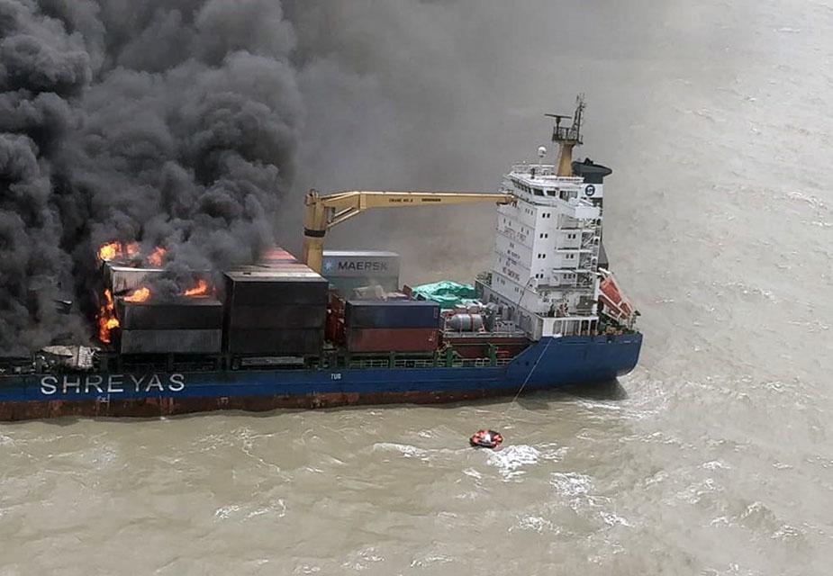 कॉस्ट गार्ड के 4 विशाल जहाज बचाव कार्य मे जुटे हैं. आग बुझाने के लिए विशाखापट्टनम से भी एक जहाज रवाना किया जा रहा है.(image credit: Special Arrangement)