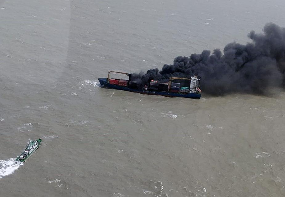 आग और खराब मौसम के कारण जहाज़ का संतुलन बिगड़ने लगा. ऐसे में कैप्टन ने जहाज को छोड़ने की योजना बनाई.(image credit: Special Arrangement)