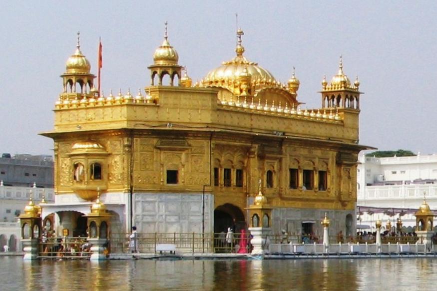 स्वर्ण मंदिर को दुनिया का सबसे ज्यादा देखा जाने वाला धार्मिक स्थान माना गया. वर्ल्ड बुक ऑफ रिकॉर्ड्स, यूके के मुताबिक यहां हर दिन दुनियाभर से तकरीबन एक लाख लोग मत्था टेकने के लिए आते हैं. इस जगह की जो सबसे बड़ी खासियत है मंदिर की रसोई. यह दुनिया का सबसे बड़ा फ्री किचन माना जाता है. देखते हैं, ऐसी ही कुछ खूबियां, जो स्वर्ण मंदिर को दूसरे धार्मिक स्थलों से अलग करती हैं.