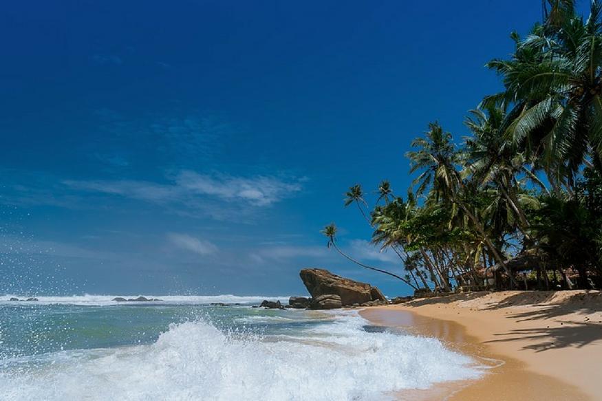 लक्ष्यद्वीप: अरब सागर में बसा लक्ष्यद्वीप भारत की मुख्य भूमि सीमा से कटा हुआ है. नारियल और पाम के ख़ूबसूरत जंगल इस आइलैंड को और आकर्षक बानाते हैं. सरकार यहां पर्यटन को बढ़ावा देने के लिए लगातार कोशिश कर रही है.
