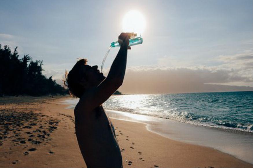 खूब पानी पिएं. गर्मी का सबसे ज्यादा असर शरीर के तापमान पर दिखाई देता है. ऐसे में पानी न पीने के कारण और ज्यादा पसीना बहने के कारण आप डिहाइड्रेशन का शिकार हो जाते हैं. इसलिए शरीर में पानी की मात्रा को बनाए रखने के लिए खूब पानी पीना चाहिए. इसके लिए प्रतिदिन कम से कम 7-8 लिटर तो पानी तो जरूर पीएं.