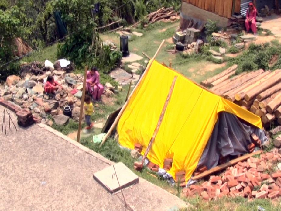 कोटरोपी गांव में अपने छोटे से आशियाने में रहने वाला रमेश चंद आज अपने परिवार के साथ पड़ोसियों की जमीन पर तम्बू गाड़कर रहने को मजबूर है. रमेश चंद और उसकी पत्नी सोमा देवी ने बताया कि जब भी एसडीएम के पास अपनी फरियाद लेकर जाते हैं तो हर बार यही कहा जाता है कि फाइल शिमला भेजी गई है, लेकिन एक वर्ष बीत जाने के बाद भी फाइल लौटकर नहीं आ सकी है.