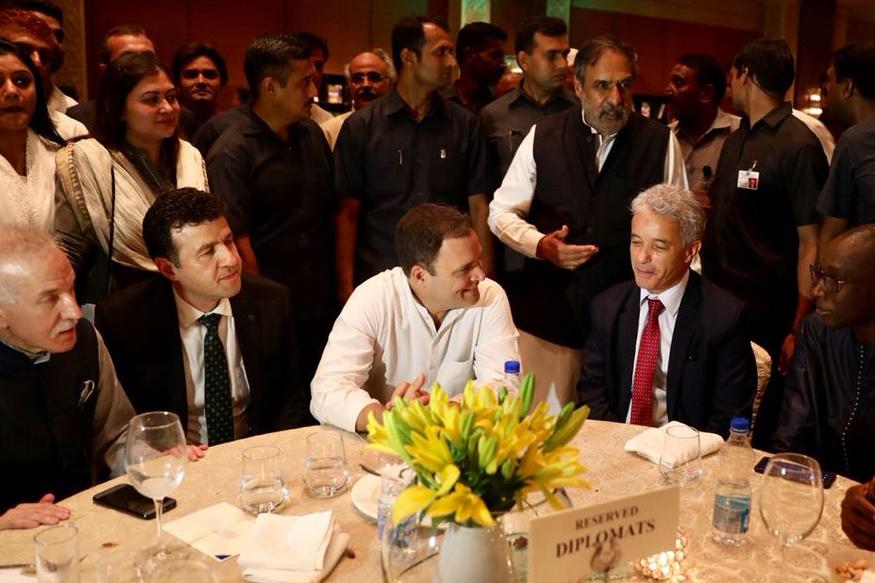 पार्टी में राहुल गांधी ने पीएम मोदी के फिटनेस चैलेंज के वीडियो पर कांग्रेस कार्यकर्ताओं से बात की. इस दौरान मोदी के वीडियो को लेकर मजाक करते भी नज़र आए.