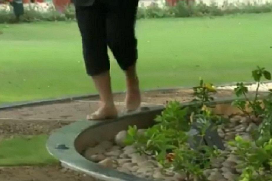 गोलाकार पत्थर की पट्टी पर चलते हुए शारीरिक संतुलन साधने का प्रयास. ये शारीरिक संतुलन के लिए बहुत उपयोगी है.