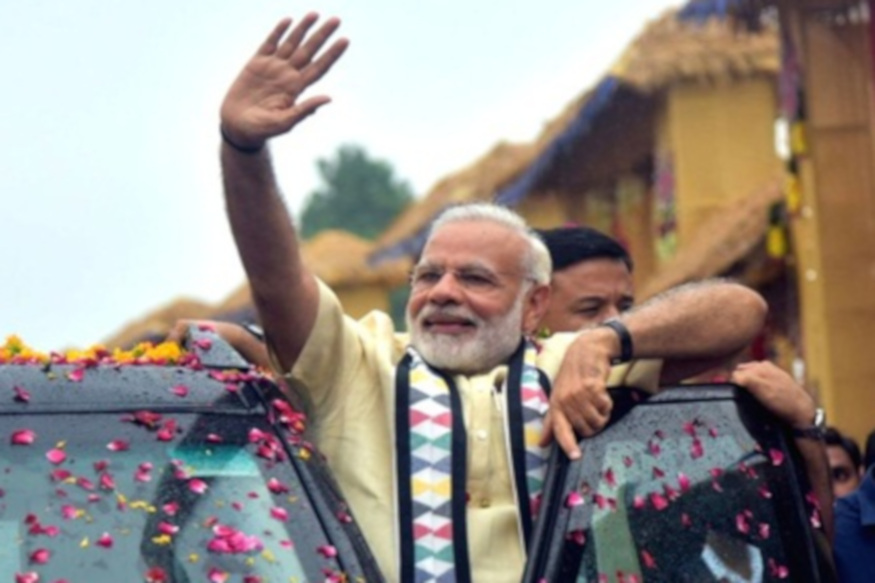 प्रधानमंत्री नरेन्द्र मोदी दोपहर करीब 12 बजे भिलाई पहुंचे. भिलाई पहुंचने के बाद उन्होंने रोड शो किया. इस दौरान समर्थकों से हाथ मिलाने भी पहुंचे.