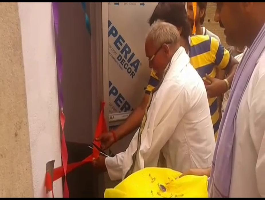दरअसल, दियारा में बसे रामेश्वरटोला बिहार और उत्तर प्रदेश के सीमा पर बसा है और यहां शौचालय नही के बराबर है, ऐसे में विश्राम पांडेय ने बिना किसी सरकारी मदद के यह प्रयास किया है जो काफी प्रशंसनीय है.