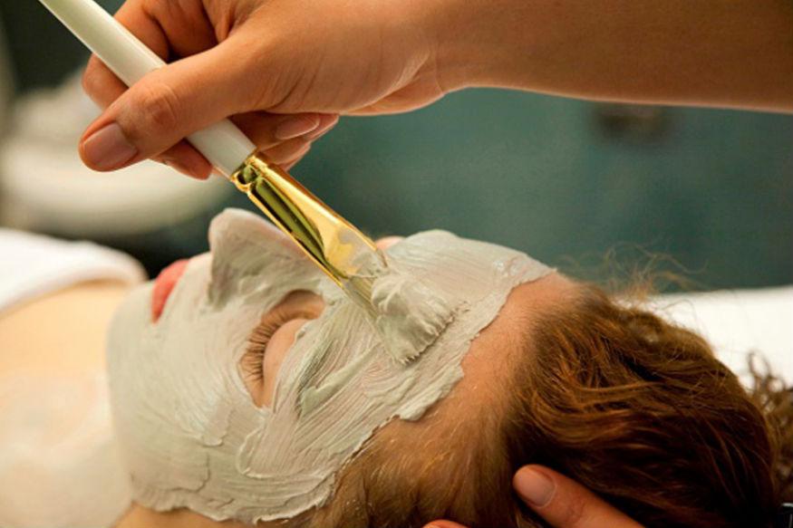 चेहरे पर अगर आपको टैनिंग की समस्या हो गई है तो नींबू के रस को फेस पर लगाएं. 10 मिनट बाद ठंडे पानी से फेस वॉश कर लें. दिन में आप ये क्रिया दो बार कर सकते हैं. जिन लोगों को मुंह से स्मेल आने की समस्या रहती है वे खुद के लिए एक नैचुरल माउथ फ्रेशनर तैयार कर सकते हैं. एक छोटा चम्मच शहद, एक बड़ा चम्मच नींबू का रस, एक छोटा चम्मच दालचीनी पाउडर और आधा कप गुनगुना पानी मिक्स करें. इससे गार्गल करें और मुंह से स्मेल आने की समस्या से छुटकारा पाएं. pic credit: pexels.com