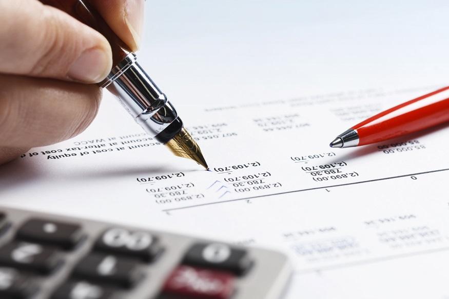 कब आता है ये नोटिस: अगर आपको लगता है कि आपकी आय टैक्स दायरे में नहीं आती है. या फिर आप हर साल रिटर्न भरते हैं, लेकिन किसी एक साल आपको लगा कि आपकी आय टैक्स दायरे में नहीं आती है और आप ने रिटर्न नहीं फाइल किया. ऐसे में आपको कंप्लायंस नोटिस आ सकता है.जब आय कर विभाग को लगता है कि आप ने आईटीआर फाइल नहीं किया है या फिर आप ने टैक्स नियमों का अनुपालन नहीं किया है, तो इनकम टैक्स एक्ट के सेक्शन 143(2) के तहत नोटिस भेजा जाता है.