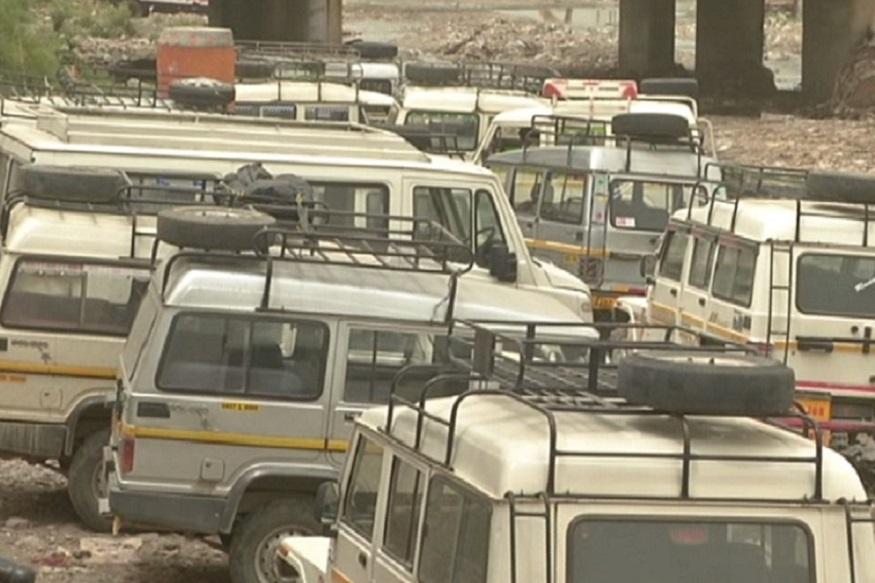 पर्यटन सीज़न में टैक्सी और मैक्स की हड़ताल से लोगों को दिक्कतों का सामना करना पड़ रहा है. देहरादून में टेैक्सी स्टैंड में खड़ी गाड़ियां.