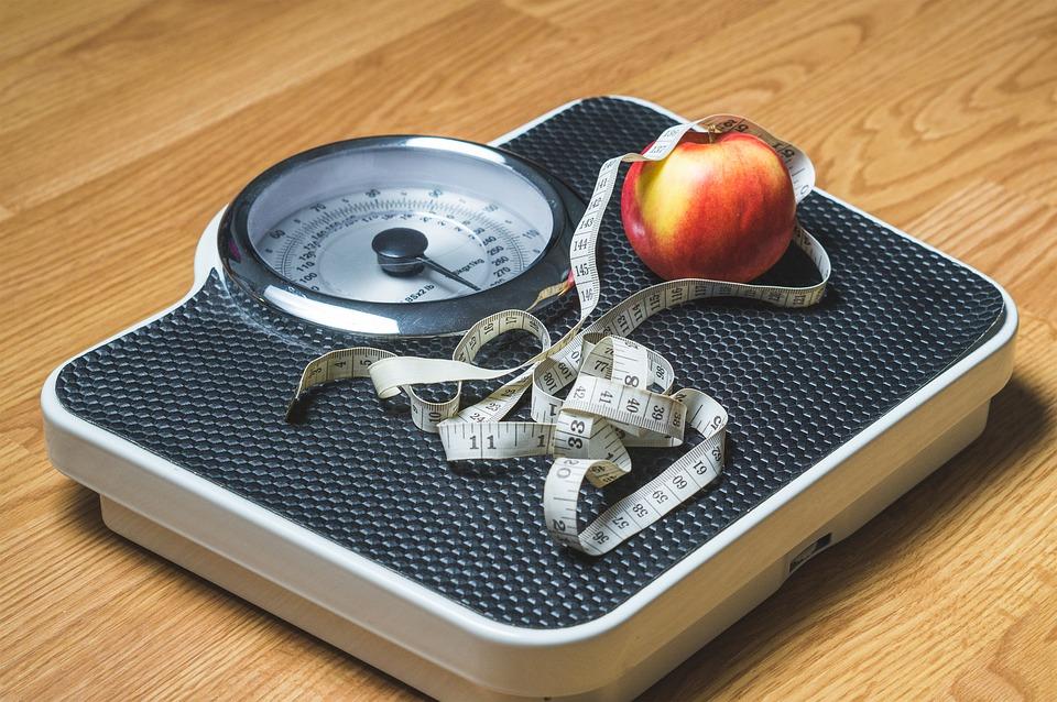 हर दिन नाश्ता करें.दिन का यह सबसे महत्वपूर्ण भोजन है. आहार में कैलोरी की मात्रा का ध्यान रखें. कम कैलोरी, कम शर्करा और कम वसा वाले भोजन ग्रहण करें. संतुलित आहार लेना आवश्यक है. ताजे फल, सब्जियां, नट्स, साबुत अनाज आदि लें.
