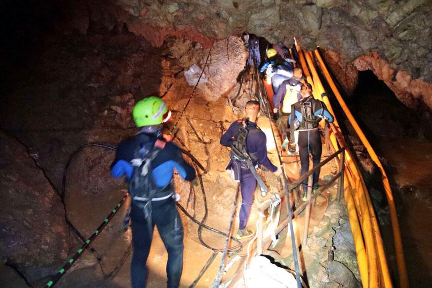 उत्तरी थाईलैंड की थाम लुआंग गुफा में दो हफ्तों से भी ज्यादा वक्त से फंसे 12 लड़कों और उनके फुटबॉल कोच को बाहर निकालने का काम शुरू कर दिया है.रविवार को गुफा से चार बच्चों को सुरक्षित बाहर निकाला गया.