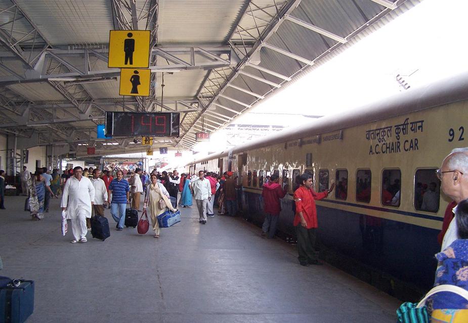 रेलवे रिजल्ट के साथ ही वेटिंग लिस्ट भी जारी करेगा. आरआरबी के अनुसार कुल वैकेंसी के 50 फीसदी उम्मीदवार वेटिंग लिस्ट में शामिल किया जाएगा. इसलिए इस भर्ती के माध्यम से अधिक से अधिक लोगों को सरकारी नौकरी मिलने की संभावना है.