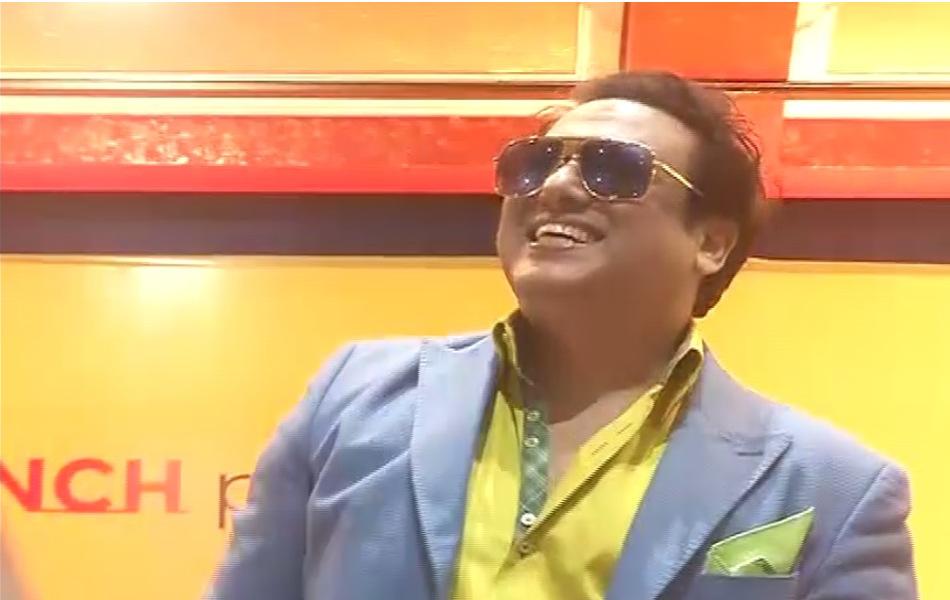 फिल्म स्टार गोविंदा अपने चिर परीचित अंदाज में हंसते हुए मंच आए और स्टूडेंट्स की तरफ हाथ हिलाकर उनका अभिवादन स्वीकार किया.