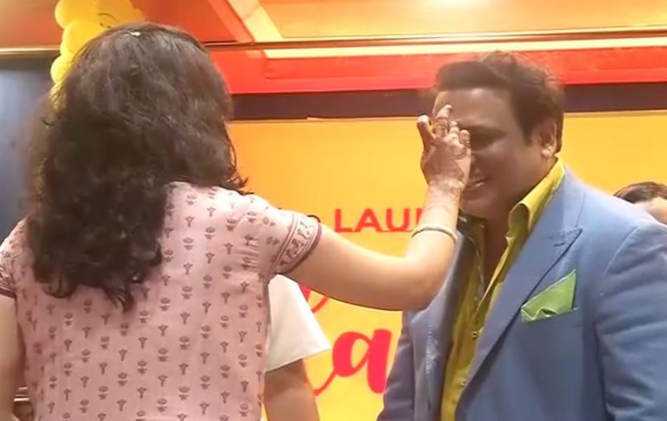 एलन कोचिंग के निदेशक माहेश्वरी बंधुओं ने बॉलीवुड अभिनेता गोविंदा का राजस्थानी परंपरा से तिलक लगाकर व साफा पहनाकर स्वागत किया.