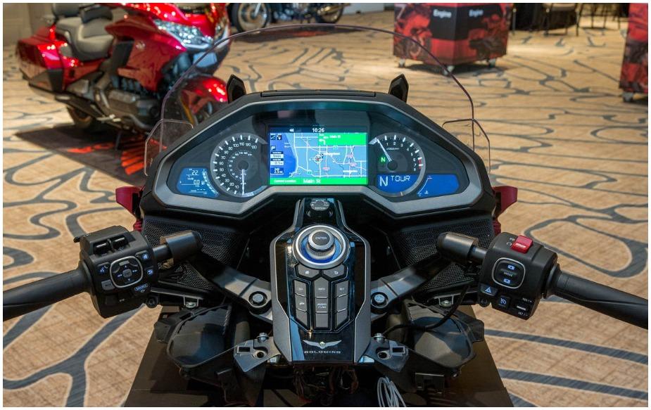 इस बाइक में न ही क्लिच है और न ही गियर लिवर दिया गया है. जाहिर है कि आप सोच रहे होंगे कि बाइक के गियर कैसे कंट्रोल होते होंगे. दरअसल, गियर को कंट्रोल करने के लिए हैंडलबार में एक स्विच लगा हुआ है.