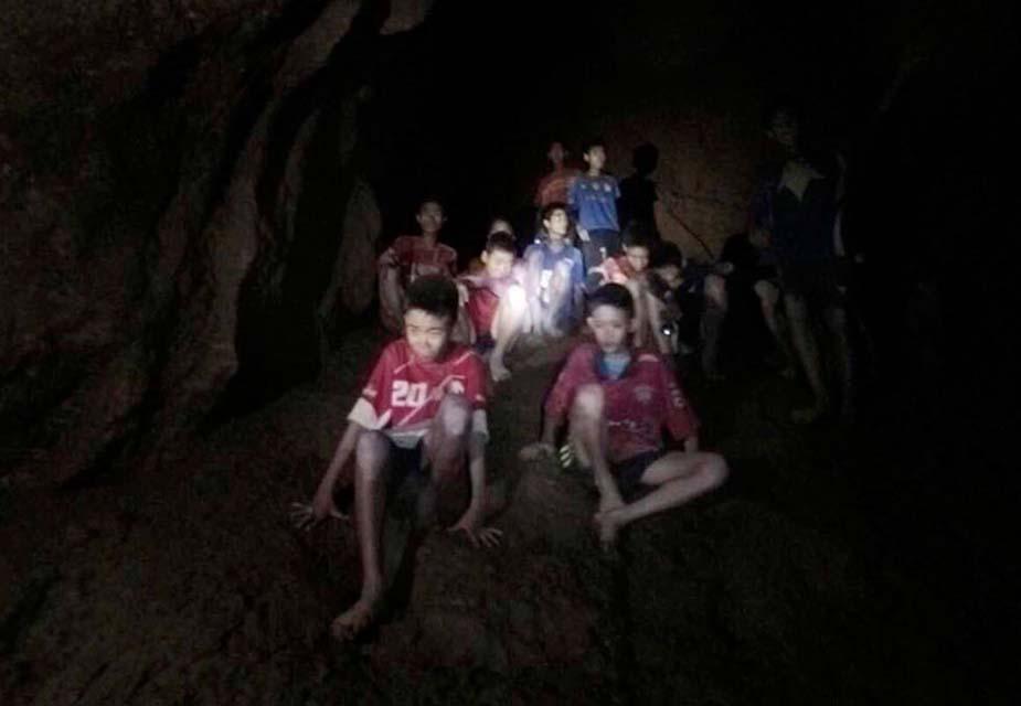 शुरुआती 9 दिनों तक बच्चों ने खाना नहीं खाया, सिर्फ बाढ़ के पानी के सहारे ही जिंदा थे. बाद में उन तक खाने-पीने का कुछ सामान पहुंचाया गया. बच्चों को ये तक नहीं पता था कि वो कितने दिन से फंसे हुए हैं.
