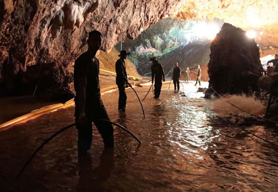 गुफा से बाहर निकलने का एक ही रास्ता था और वो भारी बारिश के चलते पूरी तरह बंद हो चुका था. रात तक जब बच्चे घर नहीं लौटे तो घर वाले परेशान हो गए.