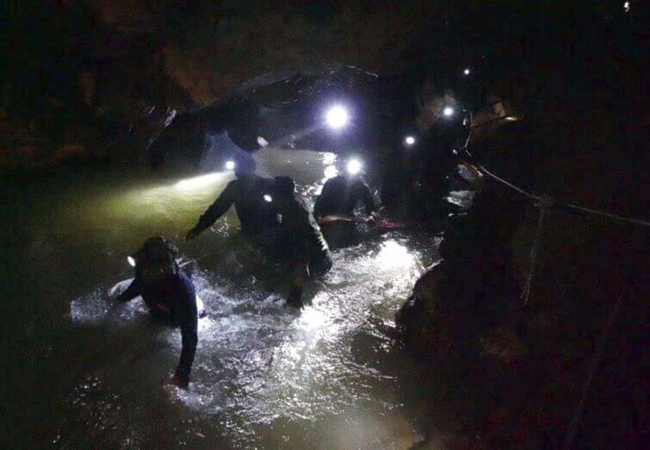 बच्चों को गुफा से बाहर निकालने के लिए उन्हें गोताखोरी के सामान्य मास्क की बजाय पूरे चेहरा ढकने वाले मास्क पहनाए गए थे ताकि उन्हें कम से कम डर लगे.