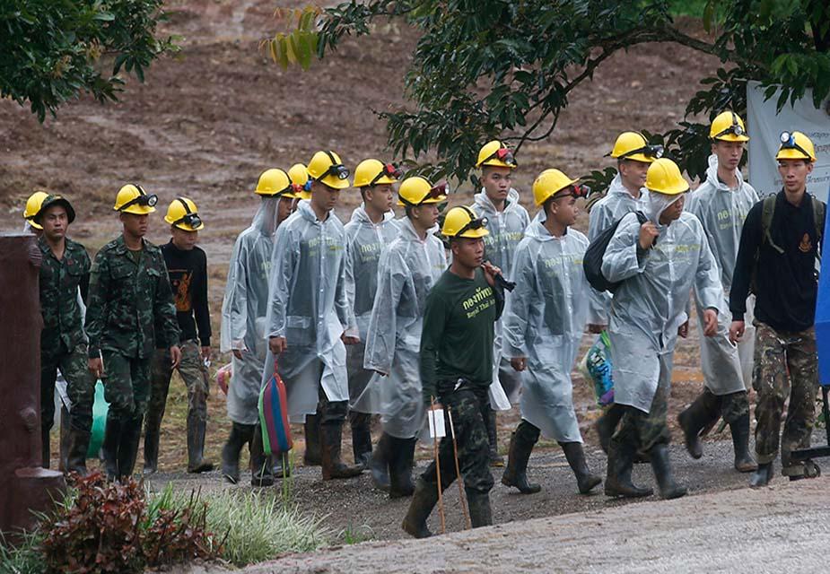 इसके बाद थाई नेवी सील डाइवर्स लड़कों कों ढूंढने के लिए गुफा में प्रवेश करते हैं. यूएस पैसिफिक कमांड से अमेरिका के 30 नौसेना कर्मी, पारारेसक्यू और सर्वाइवल स्पेशलिस्ट के साथ और तीन ब्रिटिश विशेषज्ञ गोताखोर भी गुफा में पहुंचते हैं.