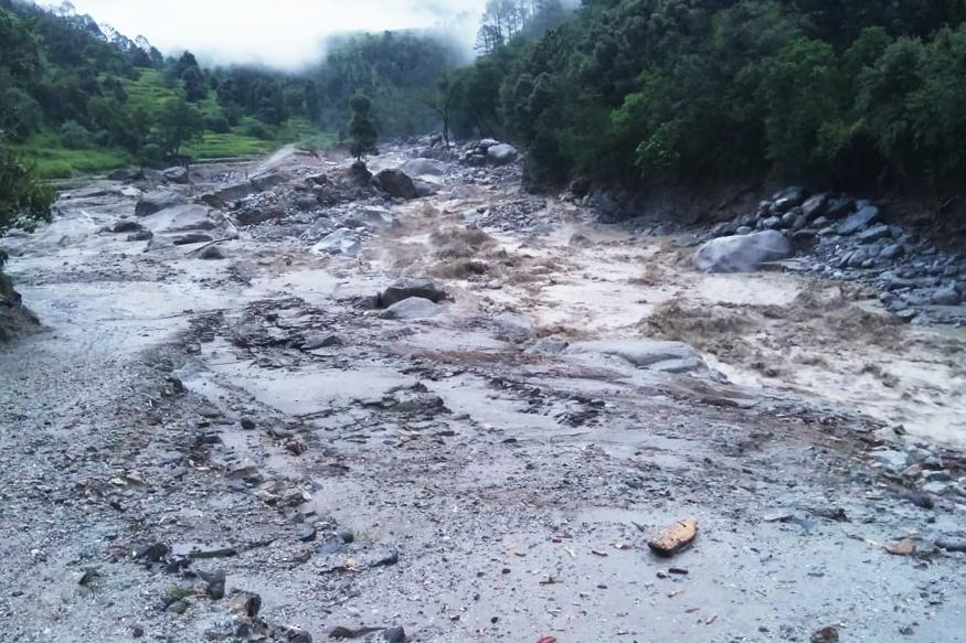 उत्तराखंड के चमोली जिले के थराली ब्लॉक के धारडंबगड में सोमवार को सुबह 3:00 बजे बादल फटने से भारी तबाही हुई है.