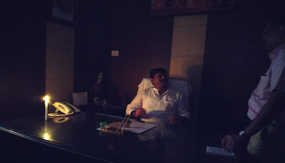 जगह-जगह पर जलभराव के कारण अधिकतर स्थानों बिजली काटी गई. महाराष्ट्र विधानसभा में बिजली कटने पर अंधेरा छा गया, जिसके बाद नेता मोमबत्ती जलाकर काम करते नजर आए.