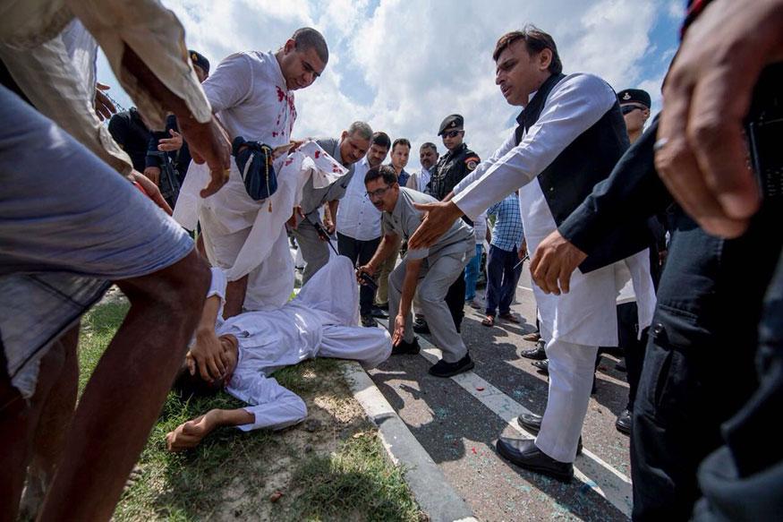 यूपी के पूर्व मुख्यमंत्री और सपा के राष्ट्रीय अध्यक्ष अखिलेश यादव ने अपने ट्विटर हैंडल पर कुछ तस्वीरें शेयर की हैं, जो वायरल हो रही हैं. इन तस्वीरों में अखिलेश यादव आगरा एक्सप्रेस-वे पर दुर्घटना में घायल कुछ लोगों की मदद करते नजर आ रहे हैं.