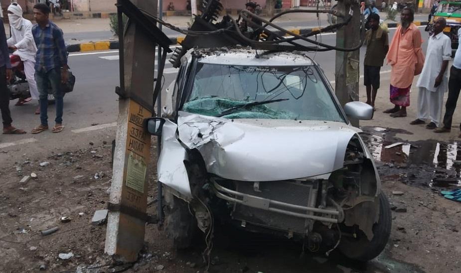 जानकारी के मुताबिक, अलसुबह बिघड़ रोड पर हादसे के दौरान बिजली का ट्रांसफार्मर जैसे ही कार पर गिरा, बिजली की तारों का कनेक्शन उससे कट गया. इसके चलते बिजली की सप्लाई बंद हो गई. इससे एक बड़ा हादसा टल गया.
