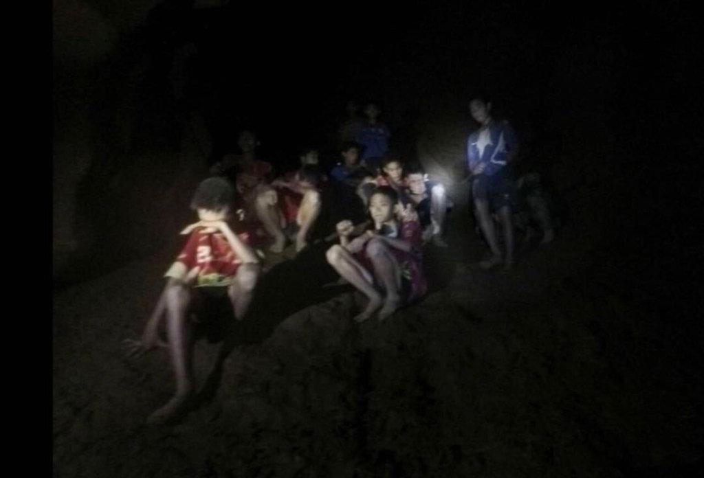 चियांग राय के गवर्नर नारोंगसाक ओसेत्तनाकोर्न ने रविवार को गुफा से बाहर निकाले गए4 बच्चों से मुलाकात की. उन्होंने कहा कि बच्चों का स्वास्थ्य ठीक है.