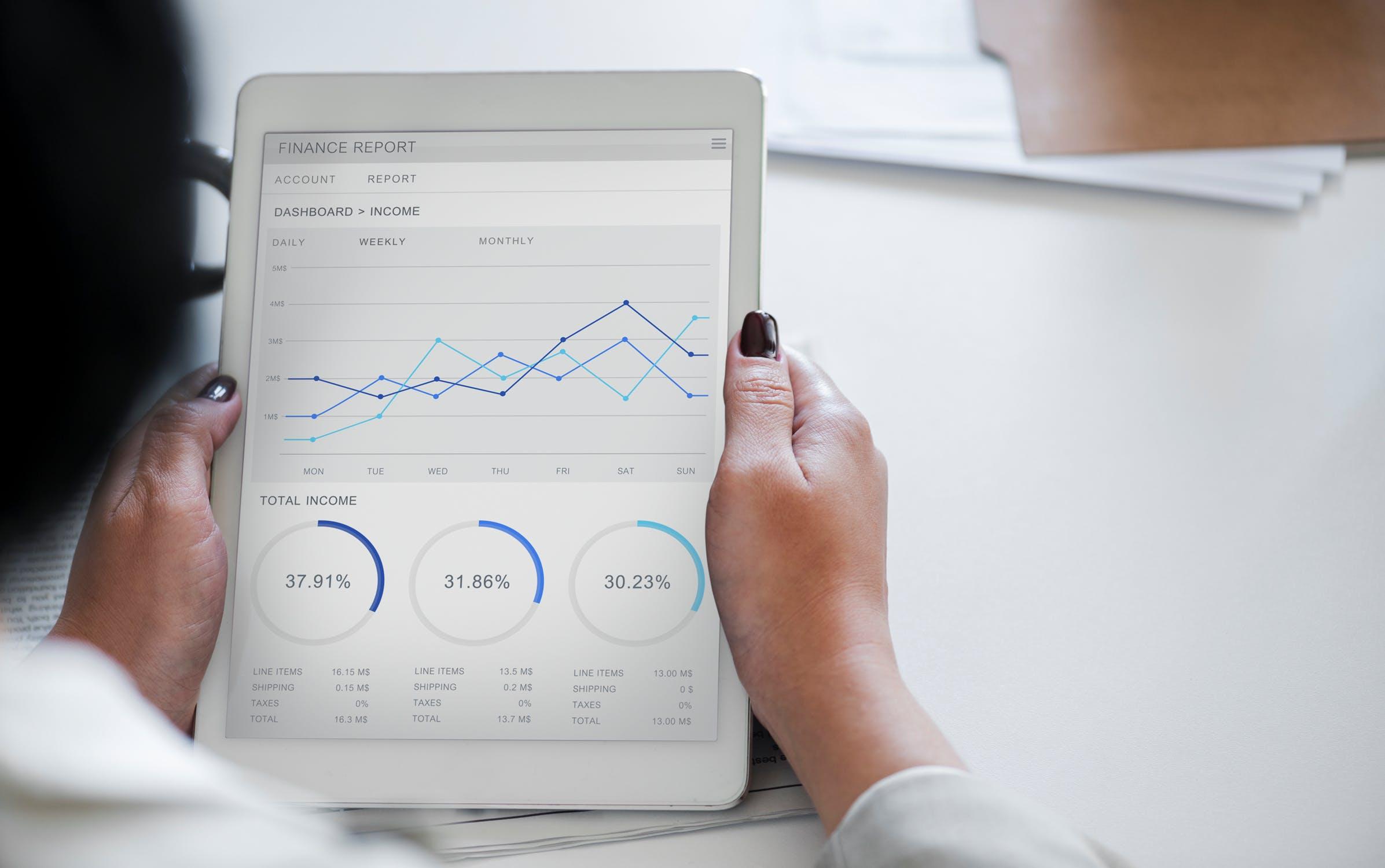 कहां हैं नौकरी के अवसर<br />कई बड़ी कंपनियों जैसे गूगल, अमेजॉन, माइक्रोसॉफ्ट, ईबे, लिंक्डइन, फेसबुक और ट्विटर आदि को डेटा साइंटिस्ट की जरूरत है. डेटा साइंटिस्ट डेटाबेस एंड इंफर्मेशन इंटिग्रेशन, क्लाउड कंप्यूटिंग, नेचुरल लैंग्वेज प्रोसेसिंग, सोशल एंड इंफॉर्मेशन नेटवर्क,वेब इंफर्मेशन ऐक्सेस, डेटा/बिजनस ऐनालिसिस फील्ड में जॉब कर सकता है.