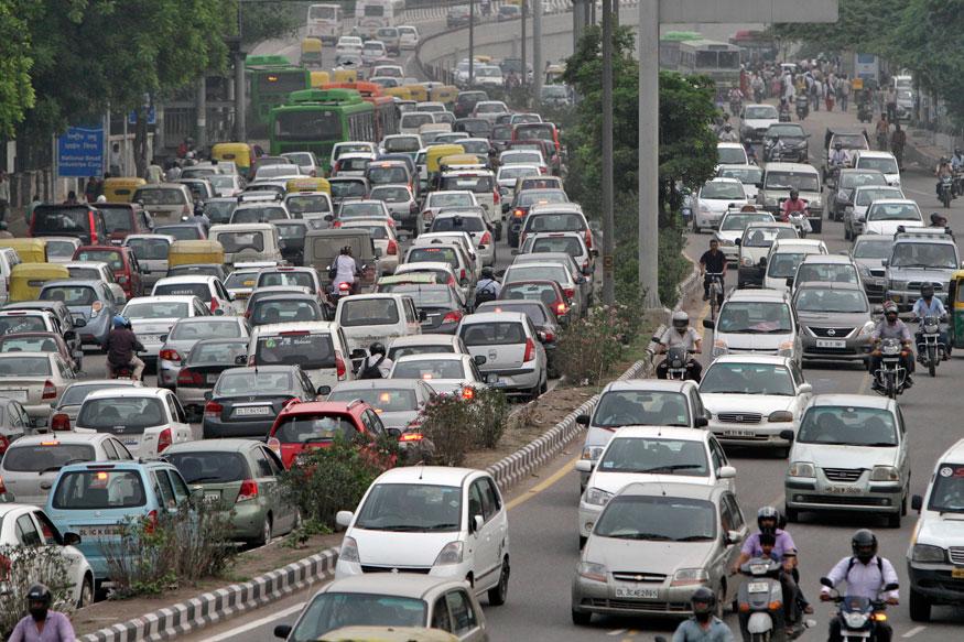 दरअसल, केंद्र सरकार ने दिल्ली समेत पूरे एनसीआर में चार पहिया गाड़ियों पर कलर कोडेड स्टीकर लगाने की सिफारिश की थी. वाहनों पर होलोग्राम आधारित रंगीन स्टिकर लगाने के सरकार के इस सुझाव पर सुप्रीम कोर्ट ने भी सहमति दे दी है. इन स्टीकर्स से पता चल सकेगा कि वाहनों में किस तरह के ईंधन का इस्तेमाल किया जा रहा है.