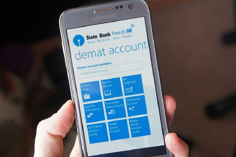 State Bank Freedom App- स्टेट बैंक के इस ऐप की मदद से आप किसी भी समय, कहीं से बैंकिंग के सारे काम कर सकते हैं. इस ऐप से आप किसी को भी पैसे भेज सकते हैं. आप यह जान सकते हैं कि आपके अकाउंट में कितना पैसा है. मिनी स्टेटमेंट के साथ आप अपने बैंक खाते के बारे में पूरी जानकारी ले सकते हैं. साथ ही आप फिक्स्ड डिपॉजिट, रेकरिंग डिपॉजिट खोल और बंद कर सकते हैं. चेक बुक के लिए भी अप्लाई कर सकते हैं. बिल पेमेंट कर सकते हैं. साथ ही, मोबाइल और DTH टॉप अप करा सकते हैं.
