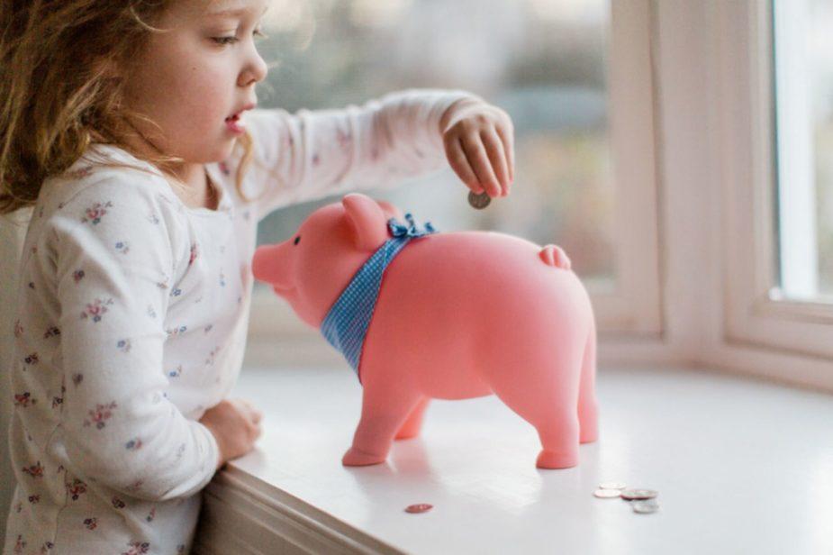 इस योजना पर न सिर्फ पब्लिक प्रोविडेंट फंड (पीपीएफ) की तुलना में ज्यादा ब्याज मिलेगा बल्कि, यह माता-पिता की टैक्स प्लानिंग में भी मददगार होता है. आप अपनी 10 साल तक की बेटी के लिए यह खाता खुलवा सकते हैं. इस पर वर्तमान में 8.3 फीसदी सालाना का ब्याज मिल रहा है जो पीपीएफ के मुकाबले अधिक है.