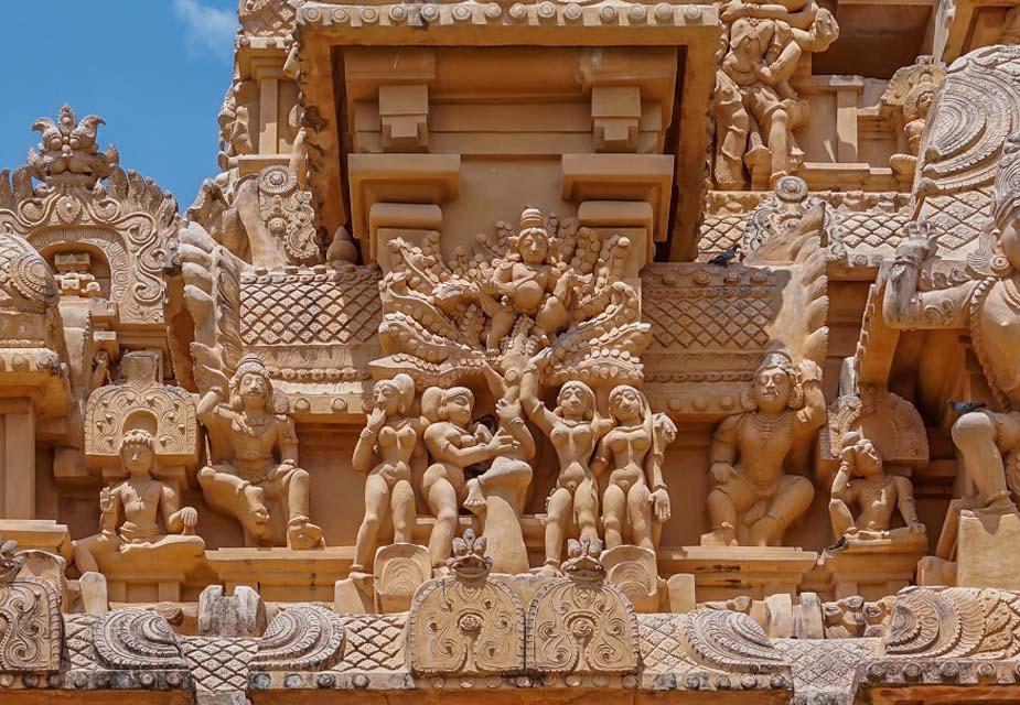 जब मुगल भारत में आए और उन्होंने इस किताब के बारे में जाना तो उन्होंने इसका बड़ी संख्या में फारसी में चित्रों के साथ अनुवाद कराया. माना जाता है कि ये ग्रंथ बनारस की धरती पर लिखा गया जबकि कुछ इतिहासकारों का मानना है कि जब ये लिखा गया, तब उसके केंद्र में पाटलीपुत्र के लोगों का जीवन था.