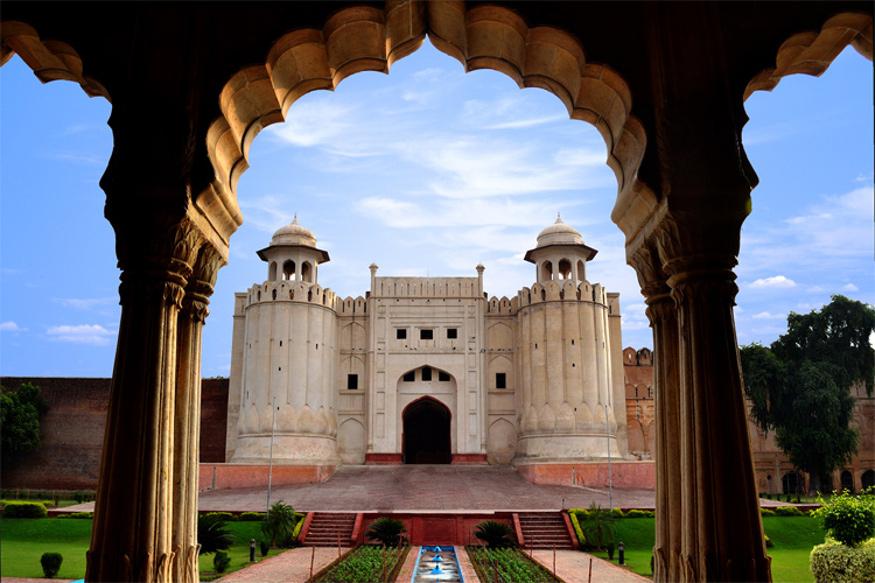 अगर आपने पीयूष मिश्रा का गाया गीत 'लाहौर के उस पहले जिले में.. ओ हुस्ना' सुना होगा तो आपके भीतर इस ऐतिहासिक शहर में जाने की तमन्ना निश्चित ही जाग उठी होगी. बंटवारे ने इस शहर को भले हिंदुस्तान से अलग कर दिया हो, लेकिन आज भी इसकी कई चीजें हमारे वतन से मिलती हैं, ऐसी ही एक चीज है यहां का ऐतिहासिक किला.