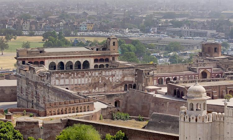 किले में अगर लोग न हों तो इसे देखकर एक वीरानगी का एहसास होता है. यह भारत के किलों से अलग है. भारत में किले खूबसूरती के साथ-साथ रंग बिरंगे कार्यक्रमों का भी लुत्फ देते हैं. यहां ऐसा नहीं है.