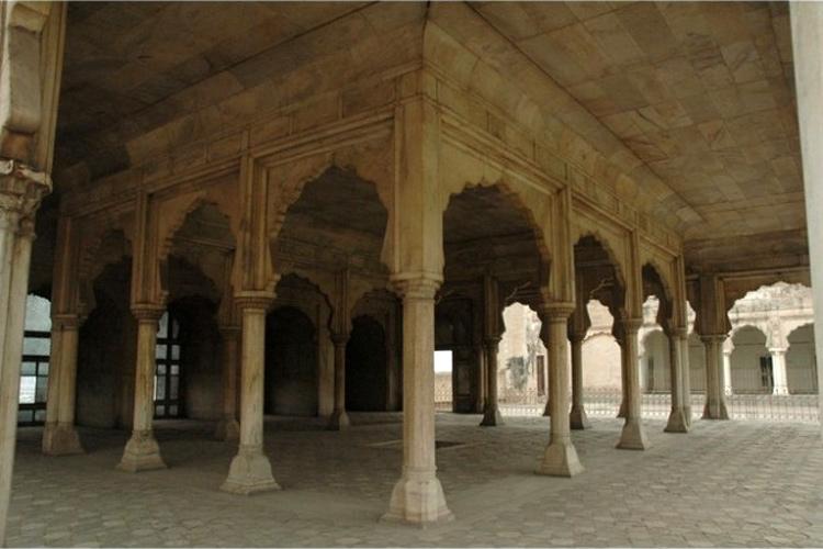 दीवान-ए-आम का निर्माण 1631 में मुगल बादशाह शाहजहां ने कराया था. इसकी ऊपरी बालकनी अकबर ने ही बनवा दी थी. यह वो जगह थी जहां बादशाह जनता से संवाद स्थापित करते थे, आधिकारिक लोगों से मिलते थे और परेड को देखते थे. ये अपने दिल्ली वाले लाल किले में बने दीवान-ए-आम जैसा ही है.